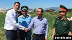Thứ trưởng Lê Đình Thọ bắt tay cảm ơn đại diện USAID đã hoàn thành xử lý dioxin sân bay Đà Nẵng giai đoạn 2 và bàn giao cho phía Việt Nam. (Ảnh: Facebook USAID)