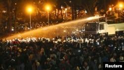 Polisi anti-huru-hara menggunakan semprotan air untuk mengusir demonstran dari perkantoran Kabinet Taiwan, Senin pagi (24/3).