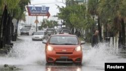 Badai tropis Isaac melanda Key West, Florida bagian selatan dengan angin kencang dan hujan lebat (27/8), dan menunda rencana konvensi nasional partai Republik di kota Tampa, Florida.