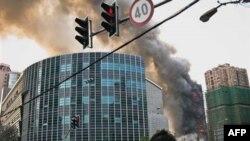 Khói bốc lên từ tòa nhà 20 tầng ở Thượng Hải đang được sửa sang bị hỏa hoạn, ngày 15/11/2010