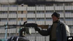 一名阿富汗警察守卫在喀布尔洲际酒店前。(2018年1月23日)