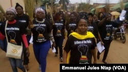 L'opposante Edith Kah Walla, en tête, marche avec d'autres femmes à Yaoundé, Cameroun, 9 mars 2018. (VOA/Emmanuel Jules Ntap).