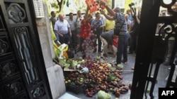 Протестующие испанские фермеры у здания консульства Германии в Валенсии
