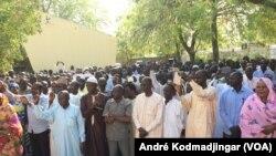 Les travailleurs Tchadiens en assemblée générale à la bourse du travail de N'Djamena, le 15 mars 2018. (VOA/André Kodmadjingar)