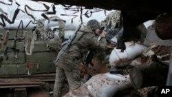 На фото: український військовий у смт Новолуганське
