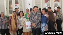 Gubernur DKI Jakarta Basuki Tjahaja Purnama (Ahok) berfoto bersama warga masyarakat di Balai Kota Jakarta. (Foto: VOA/Andylala)