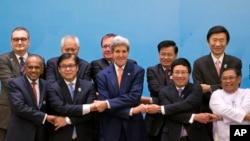 ລັດຖະມົນຕີຕ່າງປະເທດສະຫະລັດ John Kerry (ກາງ ແຖວໜ້າ) ຖ່າຍຮູບໝູ່ຮ່ວມກັບບັນດາລັດຖະມົນຕີອາຊ່ຽນ ແລະປະເທດອື່ນໆ ທີ່ໄປຮ່ວມກອງປະຊຸມສຸດຍອດ ເອເຊຍ ຕາເວັນອອກ (EAS) ຄັ້ງທີ 4 ທີ່ Naypyitaw, ມຽນມາ, ວັນອາທິດ ທີ 10 ສິງຫາ 2014.