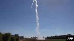 """Израиль отражает ракетные атаки ХАМАСа с помощью системы ПРО """"Железный купол"""""""