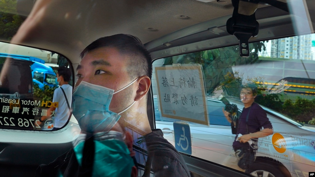 资料照:香港首位被控涉嫌违反国安法的男子唐英杰(Tong Ying-kit)坐着轮椅由警车押解至法院应讯。(2020年7月6日)