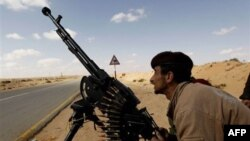 Một thành viên thuộc lực lượng nổi dậy trong thị trấn Ras Lanouf đang chống trả cuộc oanh kích