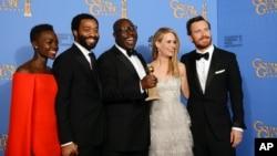 kutoka kushoto Lupita Nyong'o, Chiwetel Ejiofor, Steve McQueen, Sarah Paulson, na Michael Fassbender katika picha kwenye tuzo za Golden Globe.