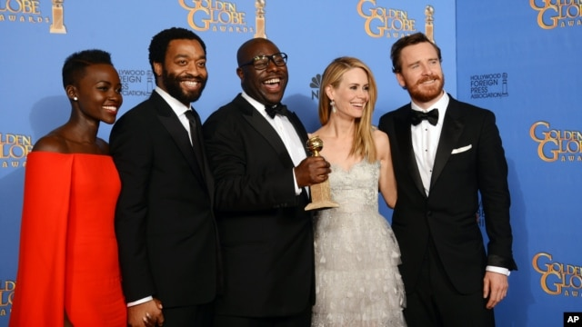 From left, Lupita Nyong'o, Chiwetel Ejiofor, Steve McQueen, Sarah Paulson, and Michael Fassbender pose in the press room with the award for best motion picture - drama for '12 Years a Slave' at the 71st annual Golden Globe Awards at the Beverly Hilton Hot