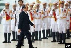 Phó Thủ Tướng Nguyễn Xuân Phúc cũng được bầu vào Bộ Chính Trị và sẽ nắm chức vụ Thủ Tướng, thay thế đương kim Thủ Tướng Nguyễn Tấn Dũng.
