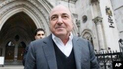 El exiliado magnate ruso Boris Berezovsky sale de una corte en Londres.