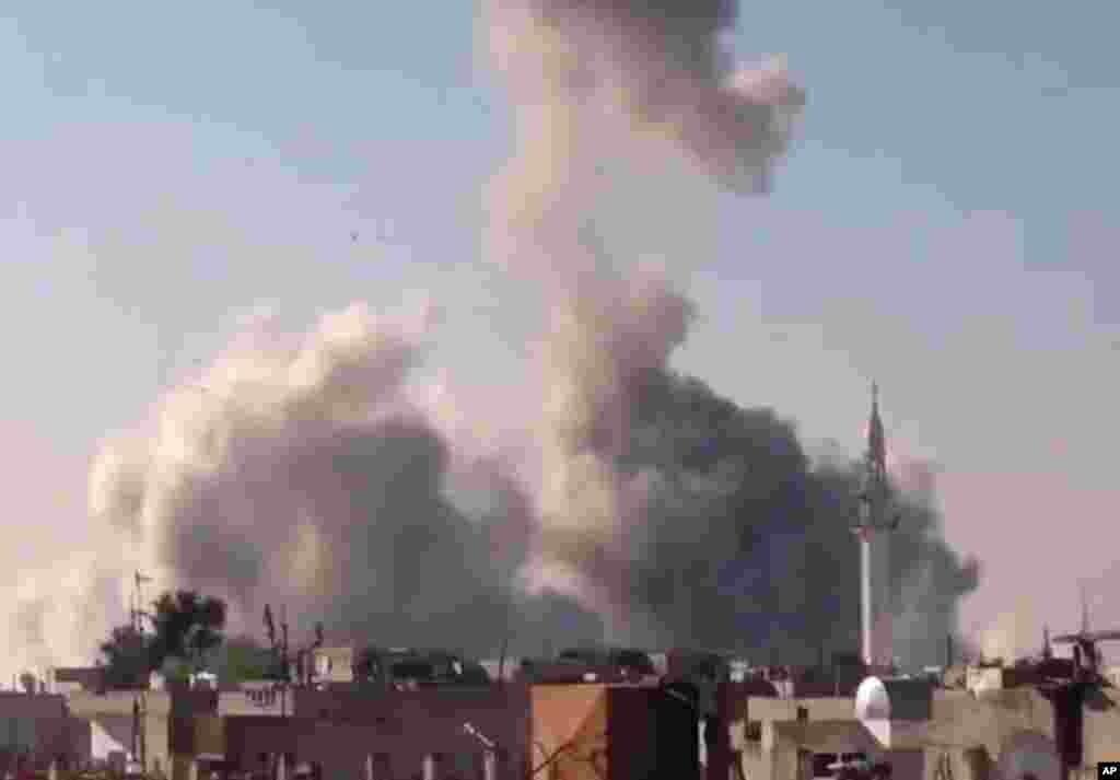 27일 공습이 있은 후 연기가 쏫는 시리아 홈스 시.