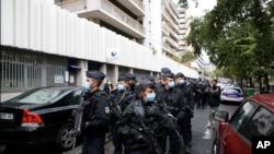 Policët francezë patrullojnë zonën pas sulmit (25 shtator 2020)