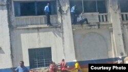 La police intervient dans un bâtiment à Mombasa, au Kenya, le 11 septembre 2011. (VOA/Swahili)