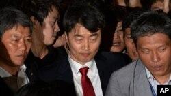 한국 국회가 4일 통합진보당 소속 이석기 의원에 대한 체포동의요구서를 통과시킨 가운데, 이 의원이 강제구인되고 있다.
