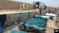 Thi thể những người nhập cư bị thiệt mạng tại cảng Lampedusa, Italia, ngày 3/10/2013.