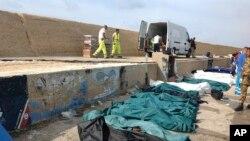 Poređana tela potopljenih imigranata u italijanskoj luci Lampeduza.