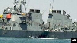 Para ahli memeriksa kerusakan pada kapal Angkatan Laut, USS Cole, di pelabuhan Aden, Yaman, setelah serangan oleh al-Qaida menewaskan 17 anak buah kapal, 15 Oktober 2020.
