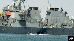 """Serangan terhadap kapal AS """"USS Cole"""" 20 tahun yang lalu di pelabuhan Aden, Yaman menewaskan 17 pelaut AS (foto: dok)."""