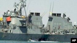 រូបឯកសារ៖ អ្នកជំនាញកំពុងពិនិត្យនាវា USS Cole នៅកំពុងផែយេម៉ែន បន្ទាប់ពីមានការវាយប្រហារពីក្រុម al-Qaida និងបានសម្លាប់មនុស្ស១៧នាក់។