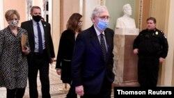 Mitch McConnell, presidente de la mayoría republicana en el Senado regresa a la sala del pleno horas después del asalto de los partidarios del presidente Donald Trump al Capitolio, el miércoles 6 de enero de 2021.