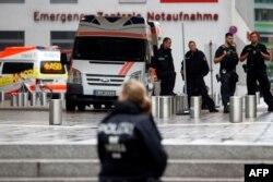 Almaniya polisi Berlində Charite xəstəxanasının önündə Navalnının gətirilməsini gözləyir.