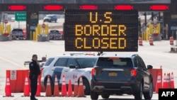 Douaniers américains à la frontière, fermée entre les États-Unis et le Canada pour cause de pandémie de Covid-19, Lansdowne, Ontario, 22 mars 2020. (AFP)