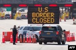 امریکہ اور کینیڈا کی سرحدی گزرگاہ پر بندش کا سائن لگا ہے۔