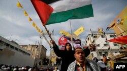 Puluhan ribu warga ikut meramaikan perayaan hari jadi ke-55 gerakan Fatah di Gaza City, Rabu (1/1).
