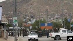 Pasukan keamanan Afghan di lokasi ledakan bom di Kabul, Afghanistan, 18 Mei 2020.