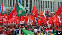 Kommunist partiyasının tərəfdarları Moskvanın mərkəzində nümayiş keçirir.