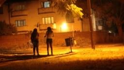 Des professionnelles du sexe dans le quartier rouge de Harare au Zimbabwe, le 12 juin 2020. À mesure que le coronavirus se propage en Afrique, il menace de plus en plus ceux qui gagnent leur vie dans la rue, y compris les professionnel (le) s du sexe.