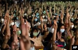 និស្សិតគាំទ្រលទ្ធិប្រជាធិបតេយ្យលើកម្រាមដៃចំនួនបី ក្នុងបាតុកម្មមួយនៅសាកលវិទ្យាល័យ Thammasat ក្បែរក្រុងបាងកក ប្រទេសថៃ កាលពីថ្ងៃទី១០ ខែសីហា ឆ្នាំ២០២០។