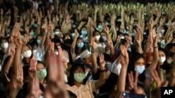 Sinh viên giơ 3 ngón tay lên chào theo kiểu trong phim 'Hunger Game', biểu tượng của sự chống đối chính quyền, trong một cuộc tuần hành tại Đại học Thammasat ở gần Bangkok, Thái Lan, ngày 10/8/2020.