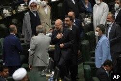 İran'ın yeni Meclis Başkanı Kalibaf, meclis üyelerini selamlıyor.
