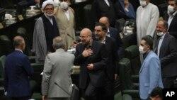 Mohammad Bagher Qalibaf (tengah) menyapa anggota parlemen setelah terpilih sebagai ketua parlemen, di Teheran, Iran, Kamis, 28 Mei 2020.