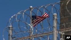 Un drapeau américain flotte derrière les barbelés à la base navale de Guantanamo Bay, à Cuba, le 17 avril 2019.
