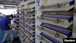 資料照:中國東莞一家工廠生產電動汽車的電池。 (2017年9月20日)
