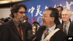 美國電影導演科恩(左)和大提琴家馬友友星期四在北京舉行的美中首屆文化藝術論壇開幕後交談