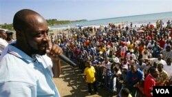 Artis hip hop Wyclef Jean berpidato di hadapan para pendukungnya di Haiti.