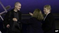 Matthew Miller es saludado por sus familiares a la llegada a la Base Lewis-McChord, en el estado de Washington.