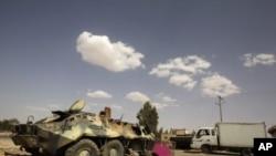 卡扎菲部隊的裝甲車星期一在空襲中遭到毀壞