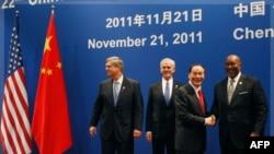 Phó Thủ tướng Trung Quốc Vương Kỳ Sơn bắt tay với Đại diện Thương mại Hoa Kỳ Ron Kirk (phải). Thứ nhì từ bên trái là Bộ trưởng Thương mại Mỹ John Bryson và Bộ trưởng Nông nghiệp Hoa Kỳ Tom Vilsack (trái) tại Thành Đô, tỉnh Tứ Xuyên, ngày 21 tháng 11, 2011