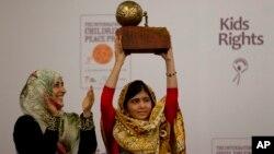 Malala Yousafzai với Gia3i thương Hòa bình Thiếu nhi Quốc tế, ngày 6 tháng 9, 2013.