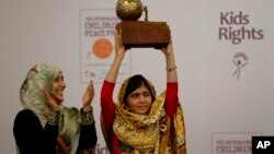 Gadis Pakistan, Malala Yousafzai (kanan) saat menerima Hadiah Nobel Perdamaian Anak 2013 didampingi penerima Nobel Perdamaian asal Yaman Tawakkol Karman di Den Haag (6/9).