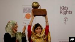 "Pelajar Pakistan Malala Yousafzai (kanan) menerima penghargaan ""the International Children's Peace Prize 2013"" yang diserahkan oleh penerima Nobel Perdamaian tahun 2011, Tawakkol Karman dari Yaman (kiri), di Den Haag, Belanda (6/9)."