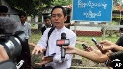 지난 2012년 미얀마 양곤 법원에서 명예훼손 재판과 관련해 증원한 주간지 '더 보이스' 캬우 민 스웨 편집장이 기자들의 질문에 답하고 있다. (자료사진)